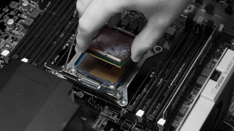 A person seating a processor in a compiuter