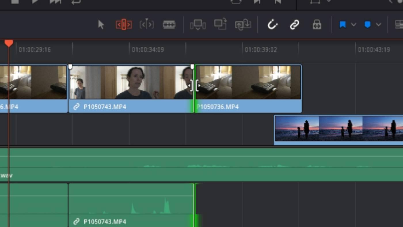Roll edit in Blackmagic DaVinci Resolve